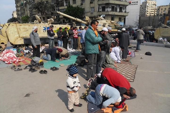 תפילה בכיכר תחריר בקהיר, ב-9 בפברואר 2011 (צילום: Alisdare Hickson, CC BY-SA 2.0)