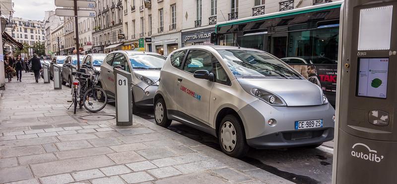 יחסית למספר האנשים שהן משנעות, מכוניות פרטיות תופסות הרבה יותר שטח מכל אמצעי תחבורה אחר. מכוניות חשמליות חונות בפריז (ויקיפדיה)
