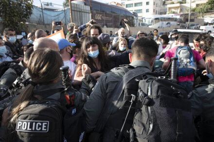 שוטרים מפזרים בכוח הפגנה נגד פינוי בתים בשייח ג'ראח שבמזרח ירושלים (צילום: אורן זיו)