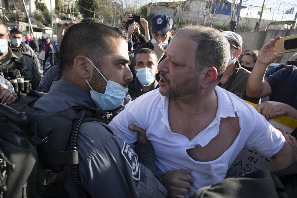 שוטרים תוקפים את ח״כ עופר כסיף, במהלך הפגנה נגד פינוי בתים בשייח ג'ראח שבמזרח ירושלים (צילום: אורן זיו)