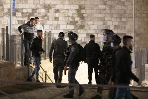 שער שכם בעיר העתיקה בירושלים,לאחר שהמשטרה סגרה את המדרגות במקום לישיבה, 15 באפריל 2021 (צילום: אורן זיו)