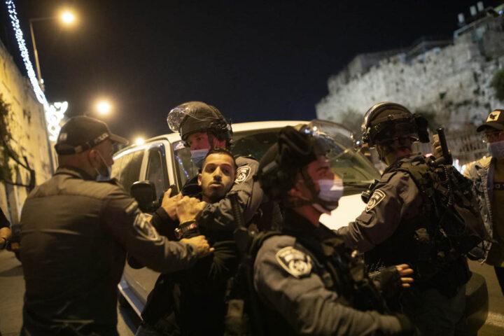 שוטרים מפזרים פלסטינים בשער שכם בעיר העתיקה בירושלים, 15 באפריל 2021 (צילום: אורן זיו)