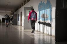 תלמידי חטיבות ביניים ותיכון חוזרים ללימודים במתכונת מלאה, בית ספר בתל אביב, אפריל 2021. אילוסטרציה גיל גרטל (צילום: אורן זיו)