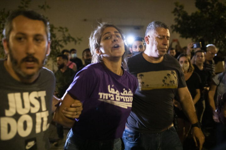 שוטרים סמויים עוצרים את סאלי עבד בהפגנה ביפו, ב-19 באפריל 2021. למצולמים אין קשר לעדויות המופיעות בכתבה (צילום: אורן זיו)