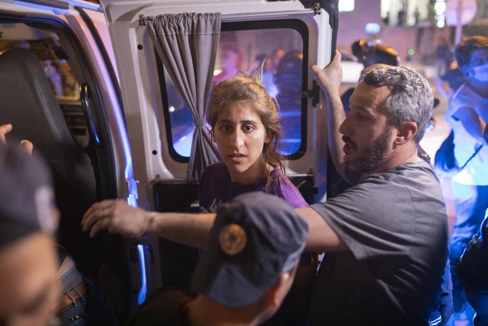 מעצר של מפגינה במהלך הפגנה מחוץ לישיבת ״שירת משה״ ביפו (צילום: אורן זיו)