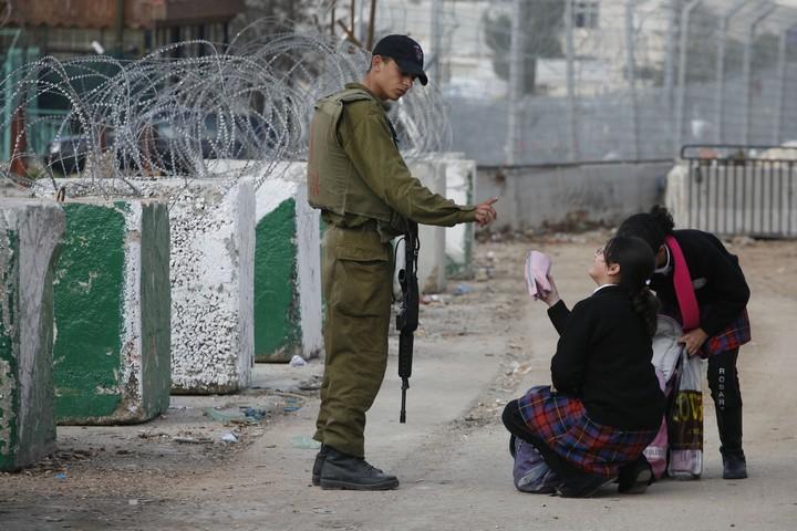 בכל יום נולד פלסטיני ללא זכויות. ילדים מול חייל במחסום ליד ירושלים (לירון אלמוג / פלאש 90)