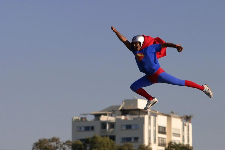 תוצרי העבודה נותרים עיוניים ולא יישומיים. אדם מחופש לסופרמן בתל אביב (צילום: בועז אופנהיים / פלאש90)