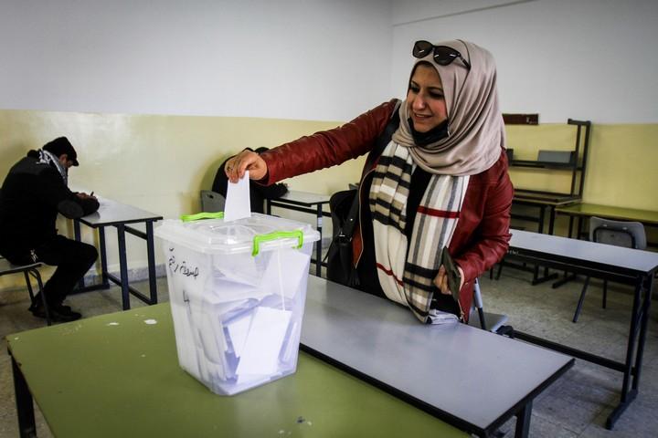 """פלסטינית מצביעה בבחירות לתנועת הפת""""ח באזור שכם, ב-23 בינואר 2021 (צילום: נאסר אישתייה / פלאש90)"""