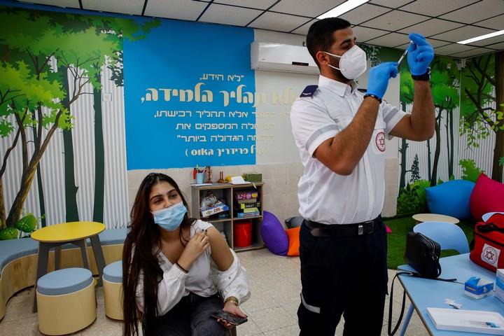 סטודנטית מקבלת חיסון קורונה בבאר שבע, ב-17 במרץ 2021 (צילום: פלאש90)