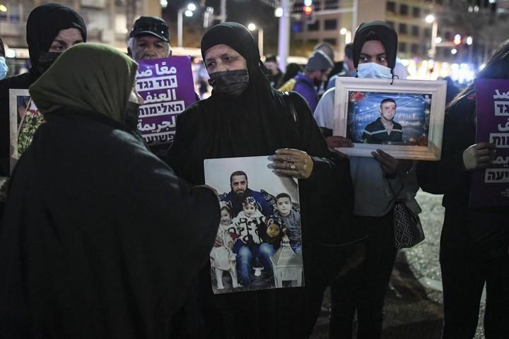 ערבים ויהודים מוחים בתל אביב נגד אי המעש של המשטרה מול הפשיעה והאלימות הגואה בקהילות הערביות בישראל, ב-13 במרץ 2021 (צילום: פלאש90)
