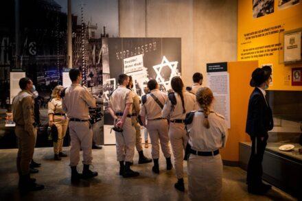 חיילים מבקרים ביד ושם, ב-4 באפריל 2021 (צילום: יונתן זינדל / פלאש90)