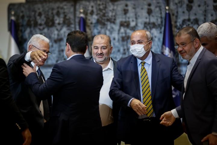 """חברי כנסת של הרשימה המשותפת ורע""""מ נפגשים בבית הנשיא, בזמן מסירת ההמלצות לנשיא ראובן ריבלין, ב-5 באפריל 2021 (צילום: יונתן זינדל / פלאש90)"""