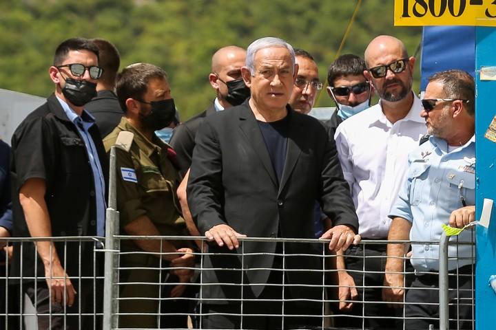 אמיר אוחנה ובנימין נתניהו מבקרים באתר האסון במירון (דוד כהן / פלאש90)