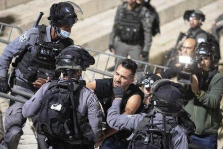 שוטרים באזור שער שכם בירושלים, אפריל 2021 (צילום: אורן זיו)
