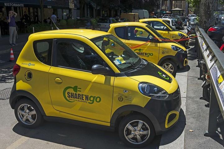 עדיין נתפסים כעניין לעשירים בלבד. מכוניות חשמליות במילאנו (Daniel Case ויקימדיה)