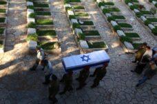 ארונו של מייקל לוין, שנהרג במלחמת לבנון השנייה, מובא לקבורה בהר הרצל בירושלים, ב-3 באוגוסט 2006 (צילום: יוסי זמיר / פלאש90)