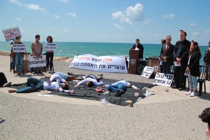 פעולה של מגמה ירוקה נגד אסון הנפט ופרויקטים של דלקים מאובנים, בתל אביב, ב-9 באפריל 2021 (צילום: מגמה ירוקה)