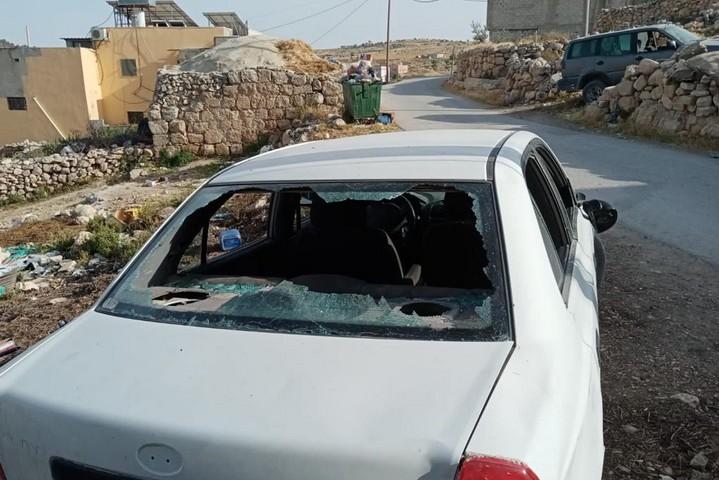שמשת מכונית מנופצת במסאפר יטא, אחרי שמתנחלים השליכו עליה אבנים, ב-24 באפריל 2021 (צילום: באסל אל-עדרה)