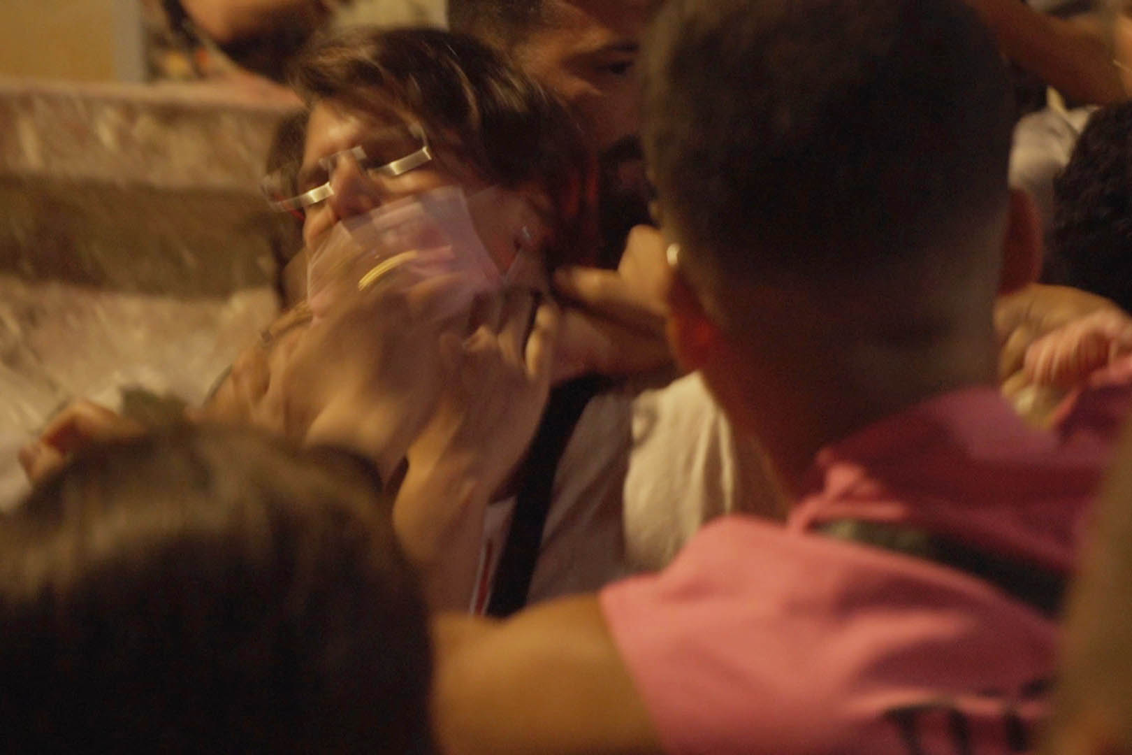 שוטר חונק את ע׳ במהלך הפגנה ביפו