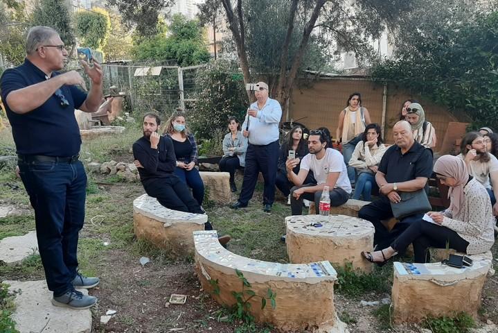 עשב ירוק. דר' ג'וני מנסור מדריך סיור בשכונת אלחליסה (צילום: סוהא עראף)