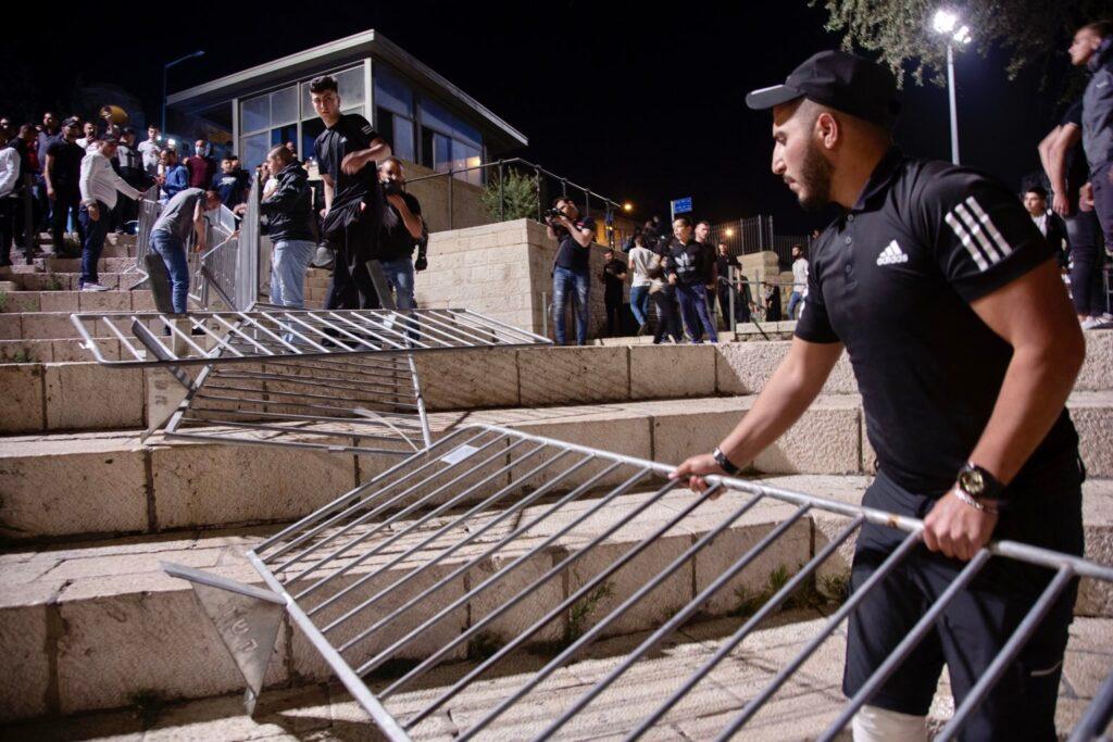 פלסטינים מסירים את הגדרות המשטרתיות בשער שכם, 25 באפריל 2021 (צילום: אקטיבסטילס)