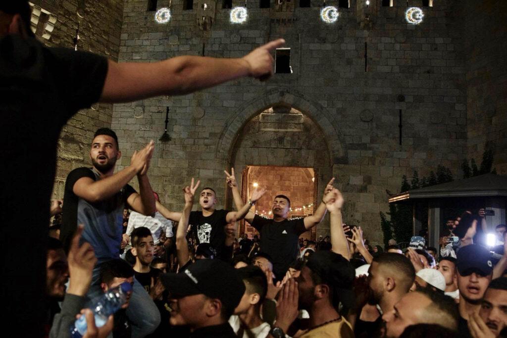צריך ללמוד ממה שעשו הצעירים בשער שכם. פלסטינים חוגגים אחרי הגדרות המשטרתיות בכניסה לעיר העתיקה (צילום: אקטיבסטילס)