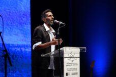 יוסי צברי מנחה את טקס הזיכרון הישראלי-פלסטיני, אפריל 2021 (אורן זיו)