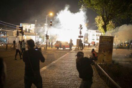 הפחד והאימה הם הדברים היחידים שמאחדים את ירושלים היום. רימוני הלם בשער שכם (צילום: אורן זיו)