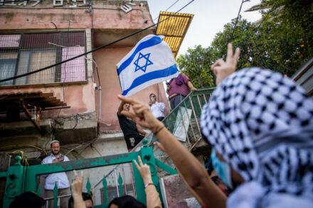 הליך משפטי עם חטא קדמון. פלסטינים מול יהודים בבית בשייח' ג'ראח (צילום: יונתן זינדל / פלאש 90)