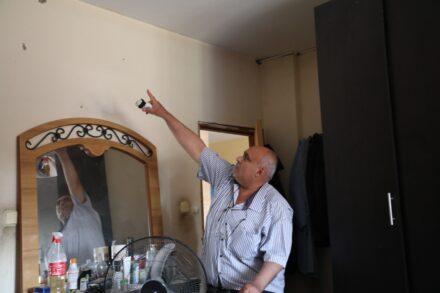 """""""הבית רעד, הבנתי שהנפילה היתה ממש אצלנו"""". רפעאת איסמעיל, ראש כפר דהמש, אחרי הפגיעה הלילה (צילום: אורן זיו)"""