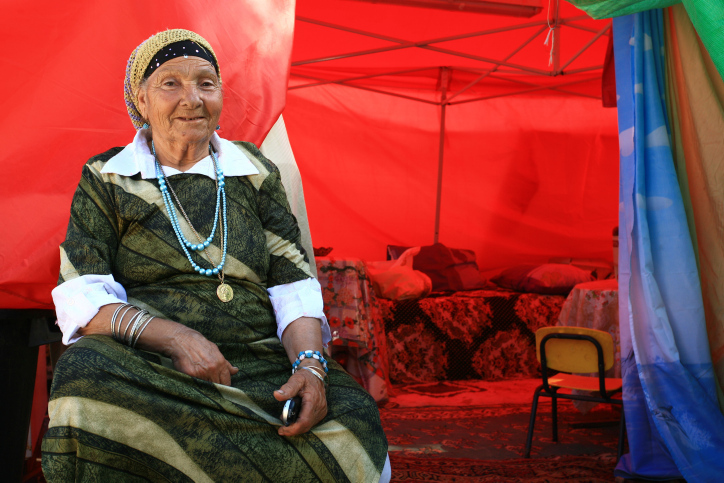 היהודים המגרבים העתיקו את תרבות הקדושים ממרוקו להילולת שמעון בר יוחאי. אשה בהילולה במירון ב-2008 (צילום: חן לאופולד / פלאש 90)