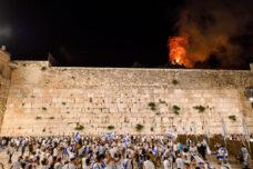 לוח הזמנים משרת את נתניהו באופן מושלם. משתתפי צעדת יום ירושלים חוגגים מול שריפה של עץ במתחם אל אקצא (צילום: מנדי הכטמן / פלאש 90)