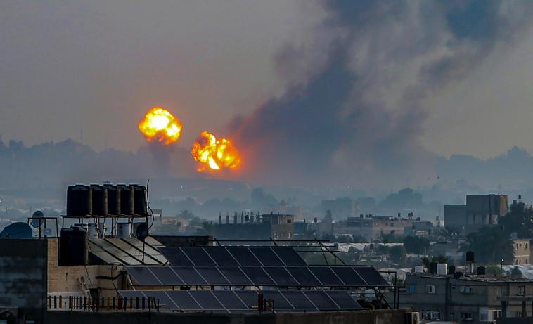 """""""יש גישה אחרת שיכולה למנוע מוות של חפים מפשע"""". הפצצה ישראלית בח'אן יונס השבוע (צילום: עבד רחים ח'טיב / פלאש 90)"""