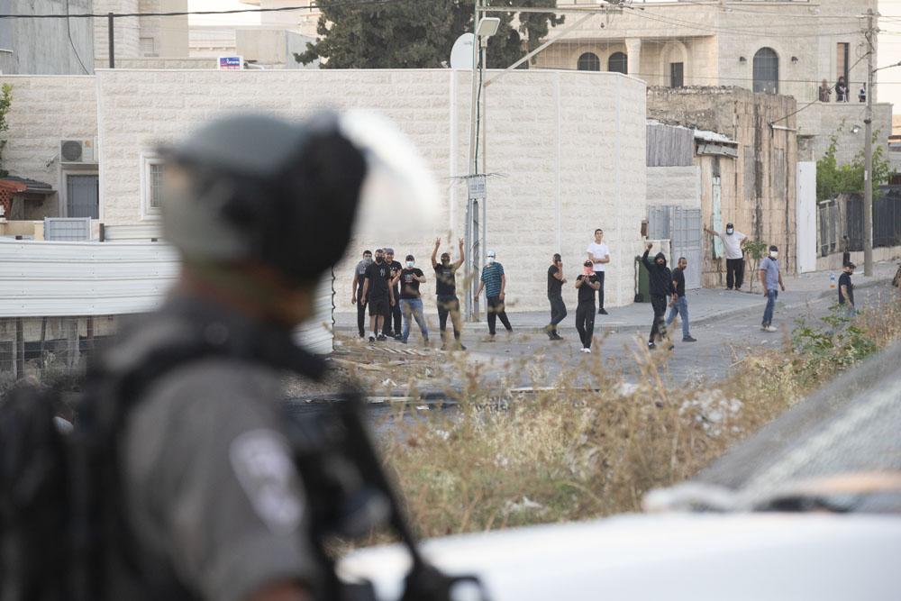 """""""כשאני זורק אבנים, אני טרוריסט, אבל גם המתנחלים זורקים אבנים"""". מוחים פלסטינים מול שוטר בלוד (צילום: אורן זיו)"""