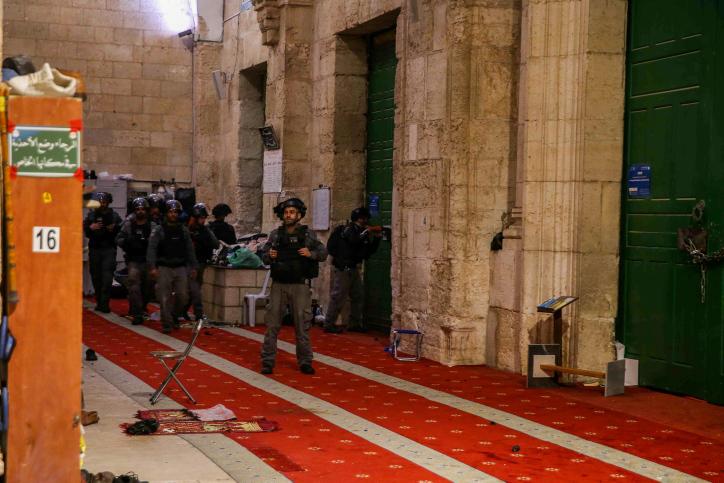 """""""אל אקצא מאחד את כולנו"""", שוטרים ישראלים בתוך מתחם אל אקצא (צילום: ג'מאל עווד / פלאש 90)"""