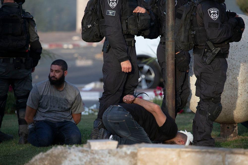 היהודים נעצרו בעדינות, הפלסטינים - באלימות. מעצר של צעיר פלסטיני בלוד (צילום: אורן זיו)
