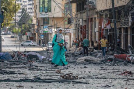 """""""חייבים להמשיך לחיות, זה מה שמפחיד את ישראל, שאנחנו ממשיכים פשוט לחיות"""". אישה בעזה על רקע חורבות אחרי הפצצה ישראלית (מוחמד זאנון / אקטיבסטילס)"""