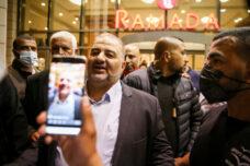 חלק מהמצביעים שלו מגדירים את עצמם מוסלמים לפני שהם פלסטינים. מנסור עבאס במסיבת עיתונאים בנצרת (צילום: דוד כהן / פלאש 90)