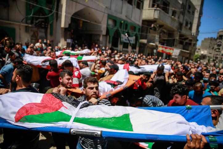 15 משפחות ישראל מחקה מפני האדמה בסבב האחרון. הלוויה של 10 בני משפחת אל חטב שנהרגו בהפצצה במחנה פליטים שאטי (צילום: עטיה מוחמד / פלאש 90)