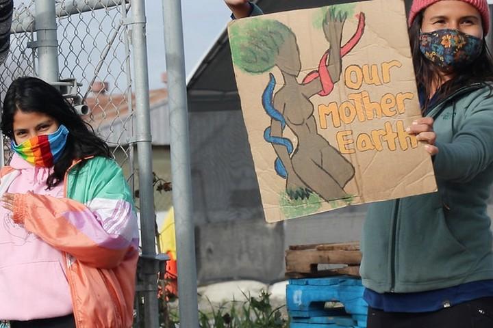 """מחאה בארה""""ב בהובלת עמים ילידיים נגד שימוש בדלקים מאובנים, ב-26 בינואר 2021 (צילום: Peg Hunter, CC BY-NC 2.0)"""