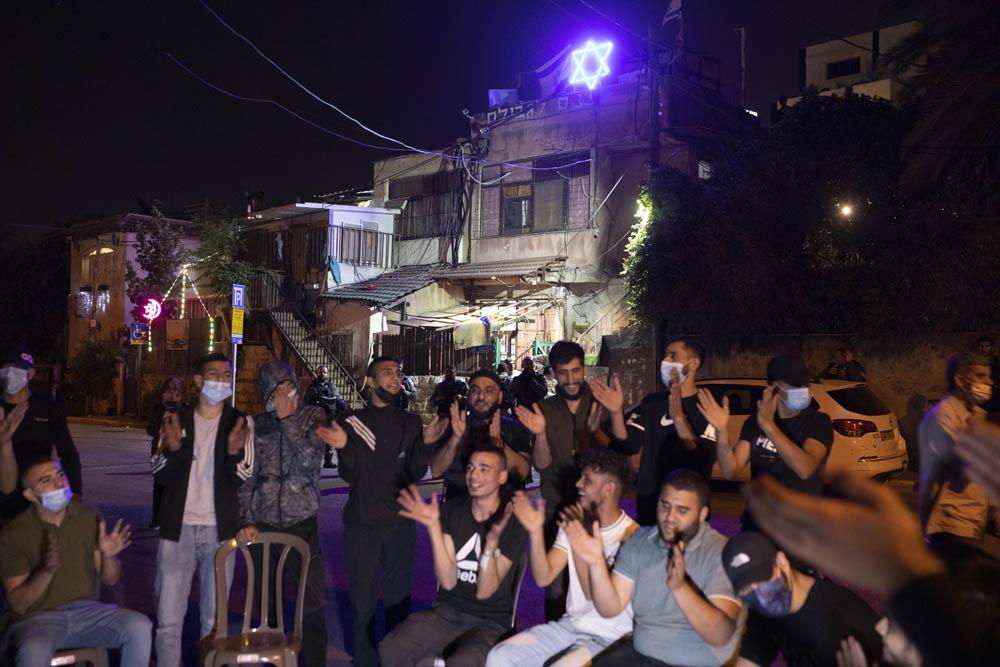 """""""הנוכחות של הצעירים מחזקת אותנו"""". צעירים פלסטינים מוחים בשכונת שייח׳ ג'ראח שבמזרח ירושלים, 4 במאי 2021 (צילום: אורן זיו)"""