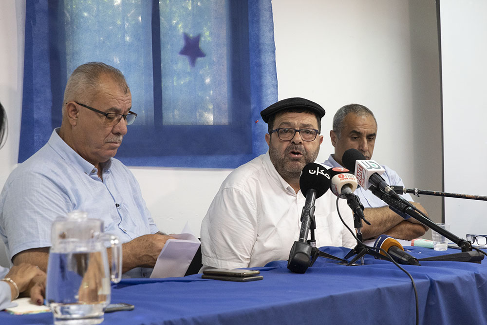 """""""צעדים לא חוקיים של המשטרה"""". עו""""ד חסן ג'בארין (מרכז) ומוחמד ברכה במסיבת העיתונאים של ועדת המעקב העליונה בחיפה (צילום: אורן זיו)"""