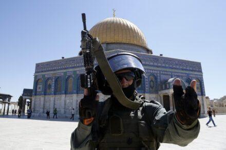 """""""הצטרפתי לצבא למען מטרות אישיות ספציפיות, אבל אחרי שראיתי את כל מה שקורה, גיליתי ששום דבר לא חשוב יותר מאמונה, דת ומולדת, ואני החלטתי להיפרד מהצבא בגאווה"""". שוטר ימ""""מ ברחבת מסגד אל אקצא (סלים חאדר / פלאש 90. למצולם אין קשר לכתבה)"""