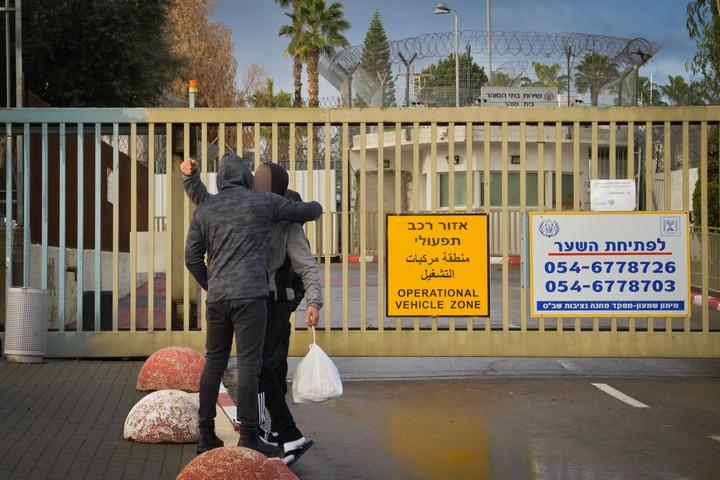 אסירים משתחררים מהכלא, בדצמבר 2018 (צילום: אבי דישי / פלאש90)