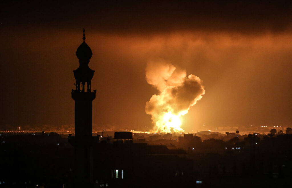 כולנו נכנסנו עמוק יותר אל המעגל הנורא הזה של אלימות, הפצצות ומוות. עשן מיתמר מעל חאן יונס אחרי הפגזה ישראלית. 11 במאי 2021 (עבד רחים חטיב / פלאש 90)