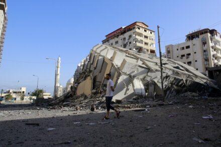 """""""חילצתי משם את מה שהצלחתי, אבל את הנפש שלי השארתי שם, מאחור"""". הריסות בעזה אחרי הפגזה ישראלית, 12 במאי 2021 (עטיה מוחמד / פלאש 90)"""