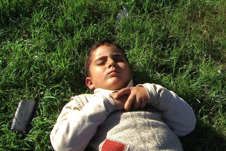 """ג'יבריל, בנו של עימאד בורנאט – שותפו של דוידי ליצירת הסרט, שהיה בן כיתתו ובן גילו של איסלאם בורנאט (צילום: עימאד בורנאט, מתוך הסרט """"חמש מצלמות שבורות"""")"""