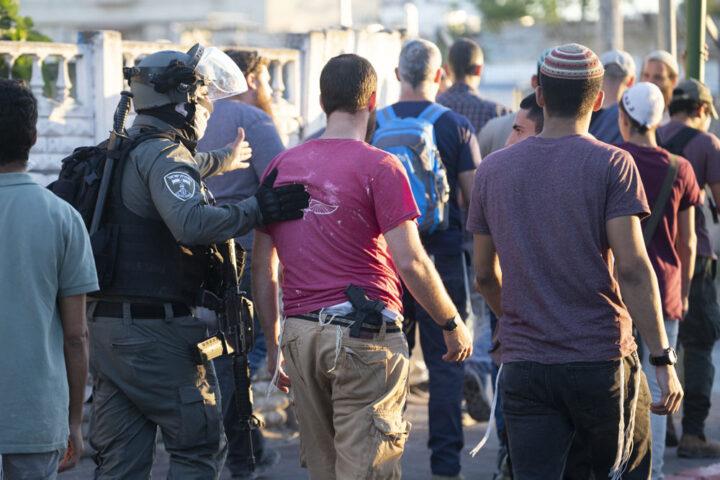 שוטרים מלווים פעילי ימין חמושים בלוד (צילום אורן זיו)