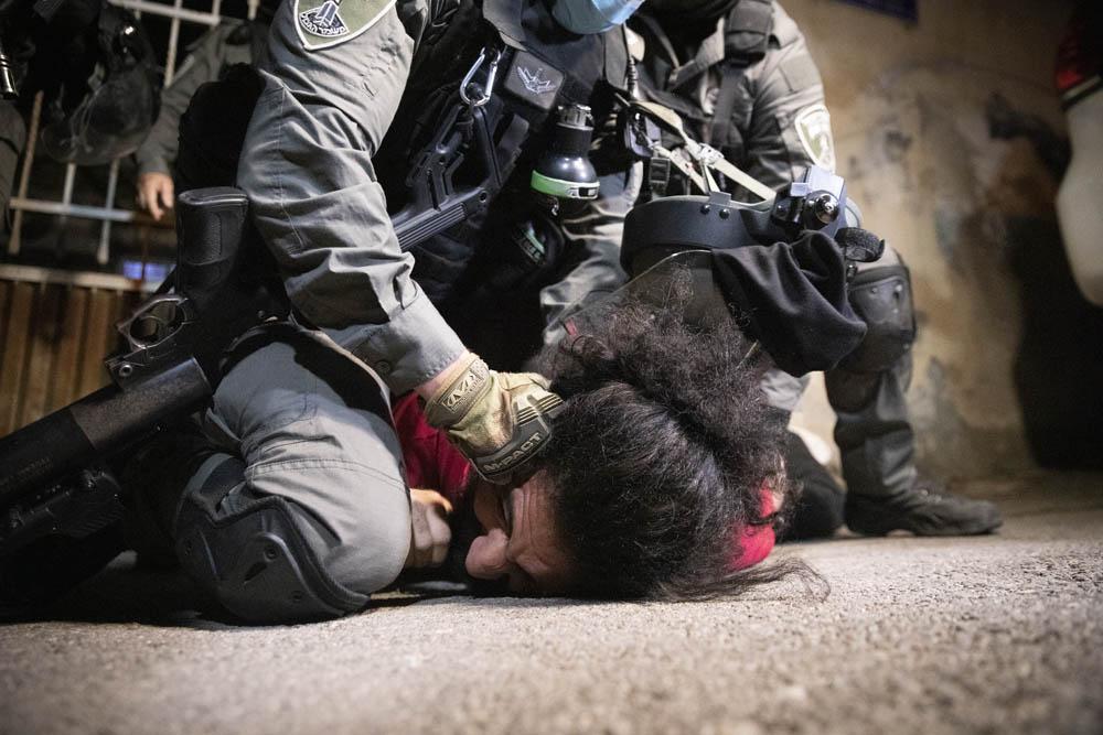 שוטרים עוצרים צעיר פלסטיני בשכונת שייח׳ ג'ראח שבמזרח ירושלים, 4 במאי 2021 (צילום: אורן זיו)