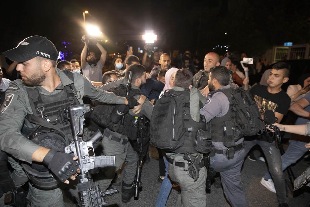 שוטרים מפזרים צעירים פלסטינים בשכונת שייח׳ ג'ראח שבמזרח ירושלים, 4 במאי 2021 (צילום: אורן זיו)